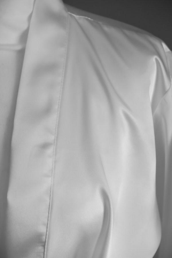 peignoir personnalisé blanc en satin pour la mariée